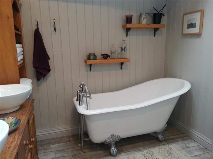 Bathroom Farrow and Ball Cornforth white panelling: